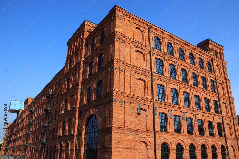 Antigua fabrica textil, ahora hotel con piscina, en Lodz