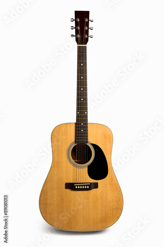 Foto  Acoustic guitar isolated on white
