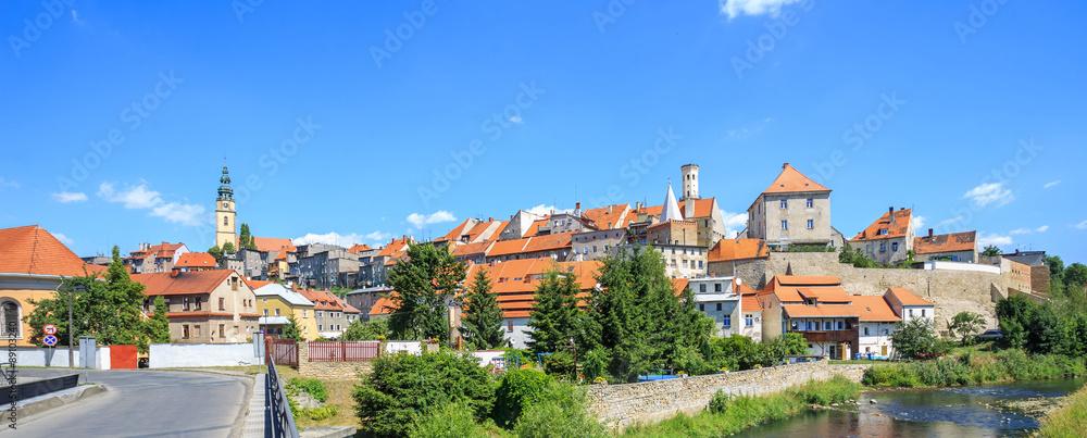 Obraz Bystrzyca Kłodzka - widok starego miasta z fragmentem murów miejskich od strony rzeki Bystrzycy fototapeta, plakat