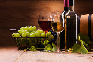 FototapetaGlasses of red and white wine, served with grapes