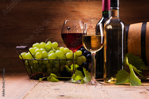 Glasses of red and white wine, served with grapes - 89112881