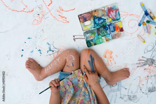 Valokuva 絵の具で遊ぶ女の子