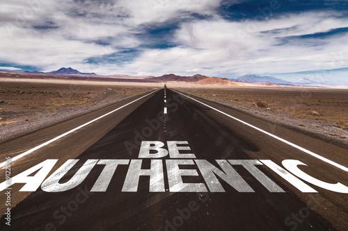 Photo Be Authentic written on desert road