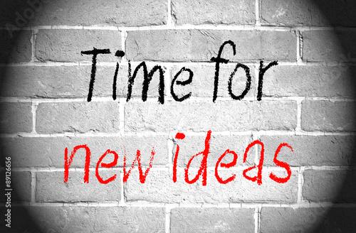czas-na-nowe-pomysly-tekst-z-podswietleniem-na-scianie