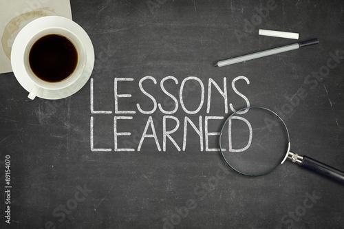 Fotografía  Lessons learned concept on black blackboard