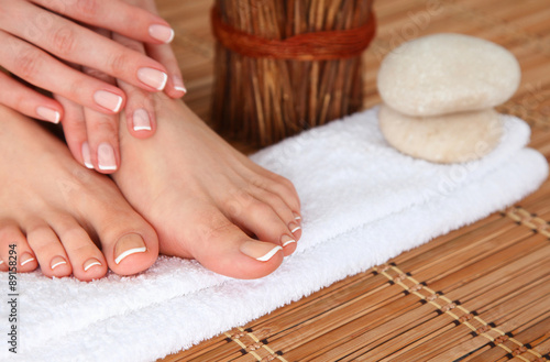 Stickers pour porte Pedicure Care for beautiful woman legs on a towel