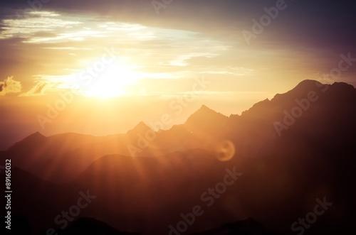 Górski krajobraz. Tatry polskie i słowackie o wschodzie słońca.