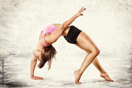 Fotografia  Młoda kobieta mobilna robi gimnastyka