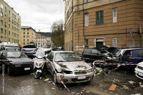 Photo Automobili accatastate dopo alluvione