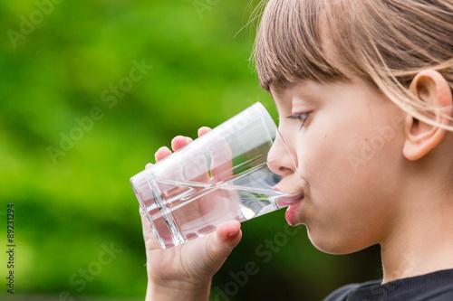 Fotografía  Child drinking glass of fresh water