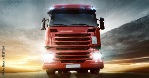 Plakat Czerwona ciężarówka na autostradzie
