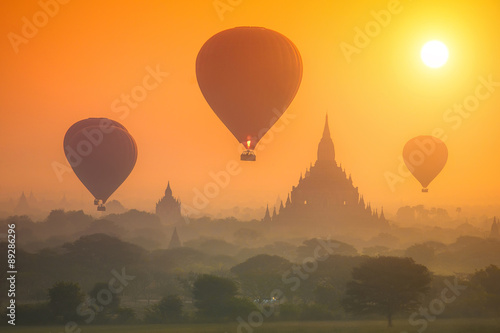 Poster de jardin Montgolfière / Dirigeable Sunrise over the Old Bagan. Hot air balloons over the ancient pagodas.