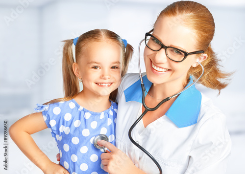Doctor pediatrician and child patient - 89286650