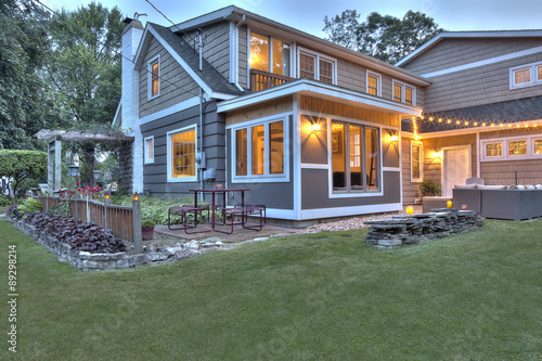 Photo Beautiful restored Cape Cod style house exterior at dusk