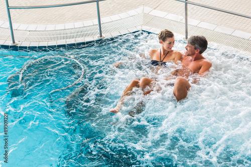 Paar in Therme bei Wellness Wasser Massage