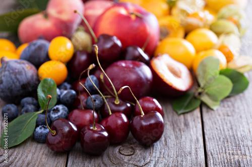 Poster Vruchten Fresh stone fruits on wooden table