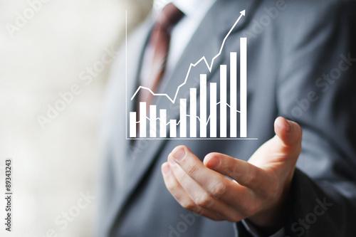 Fotografía  Hombre con diagrama de signos web de negocios en línea gráfica