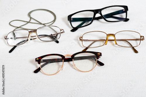 Fotografía  reading glasses on the white table