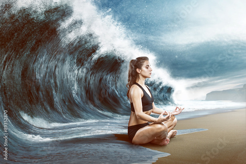 Fotografia  Woman relaxes in front of big wave