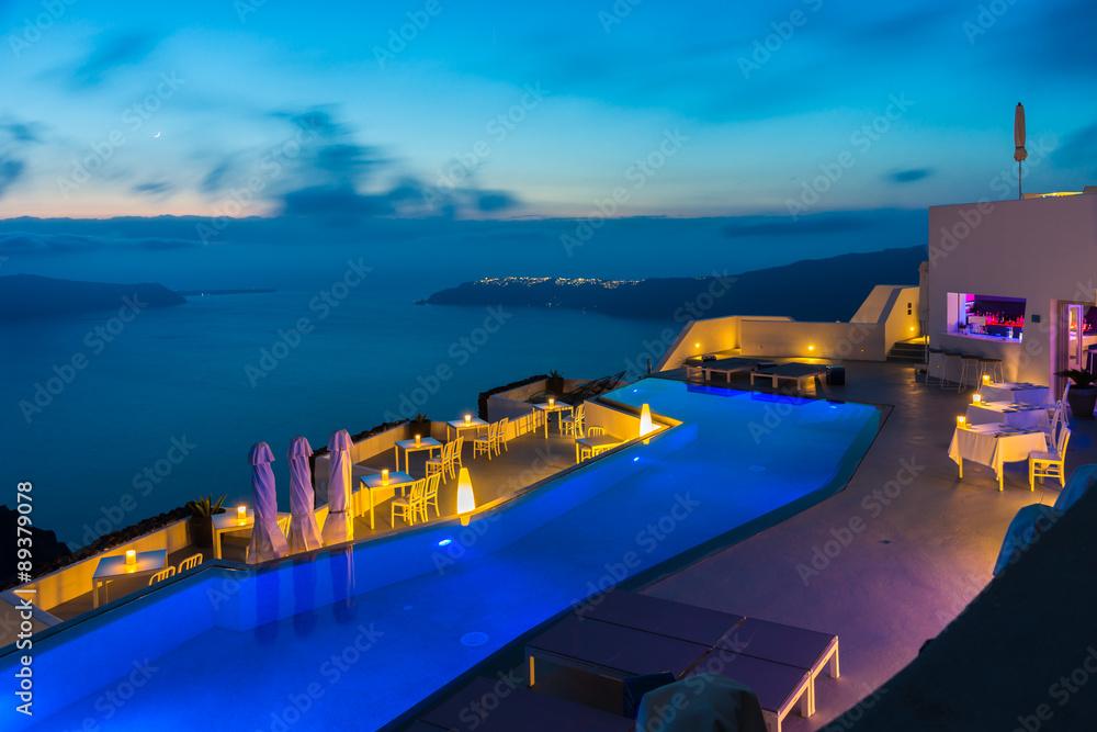Fototapeta Santorini nocą, luksusowe wakacje - obraz na płótnie