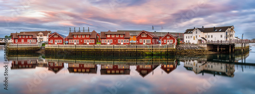 Poster Rose clair / pale Red harbor houses in Svolvaer, Norway at sunset
