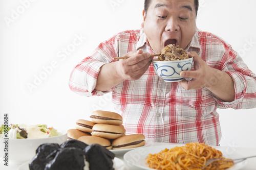 In de dag Kruidenierswinkel 食事を摂る中年男性