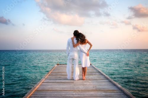 Carta da parati Sensual love couple on a jetty on Maldives
