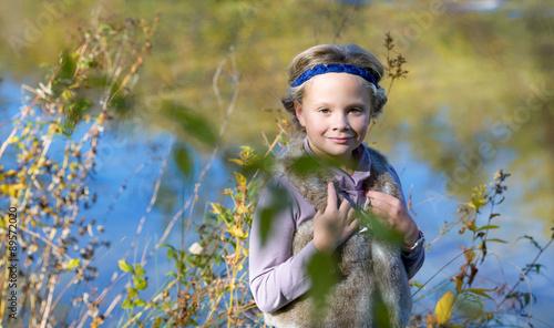 Photographie Portrait of a dorable little girl  in the beauty  autumn park