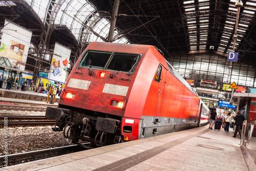 Cuadros en Lienzo Elektrolokomotive im Bahnhof