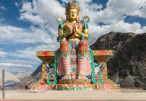 In de dag Monument Maitreya Buddha at Nubra valley, ladakh India