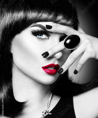 piekny-tajemniczy-brunetka-dama-portret-czarny-i-bialy