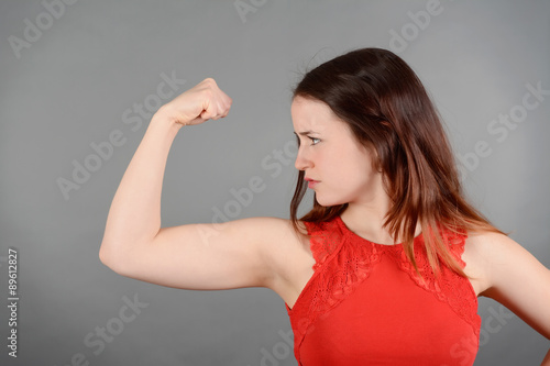 Valokuva  junge Frau zeigt Muskeln