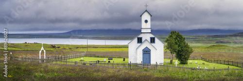 Cadres-photo bureau Edifice religieux White church with clouds in icelandian landscape