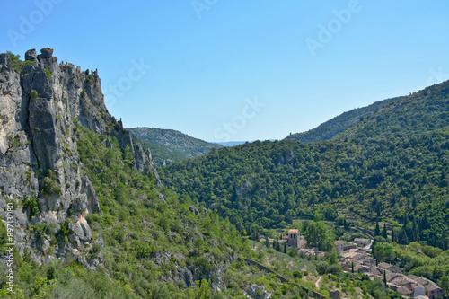 Fotografía  St guilhem le désert et les ruines du géant depuis la garrigue