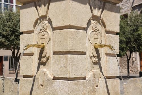 Fotografía  fuente de piedra en la ciudad de burgos