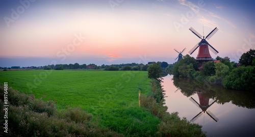 Moulins Zwillingswindmühlen von Greetsiel am Abend