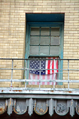 Fototapeta na wymiar fenêtre et drapeau américain