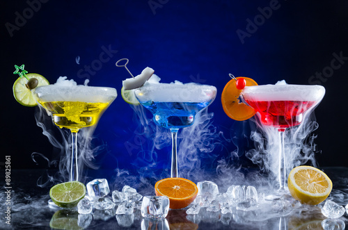 Foto auf AluDibond Bild des Tages Martini drinks with smoked effect