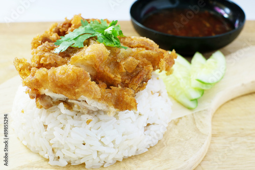 Photo  fried chicken served on rice