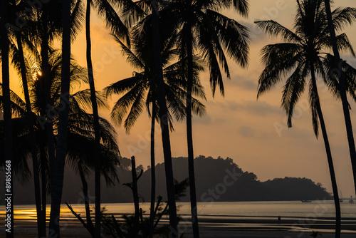 pomaranczowy-zmierzch-na-plazy-w-tajlandia