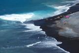 Piękna czarna piaszczysta plaża playa de la enramada w adeje na teneryfie - 89865217