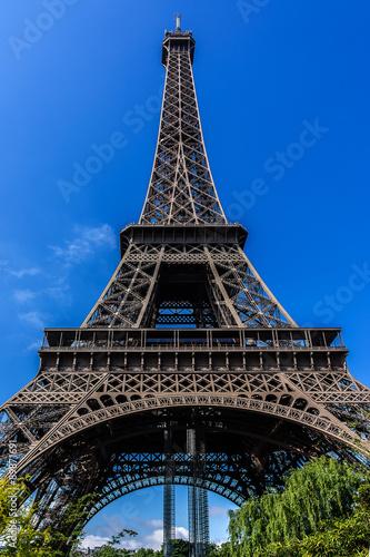 Tour Eiffel (Tour Eiffel) située sur le Champ de Mars à Paris. Poster