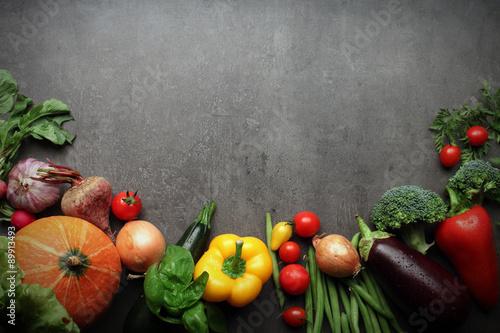 swieze-warzywa-z-gospodarstwa-na-szarym-tle
