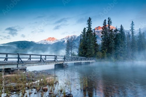 Spoed Foto op Canvas Canada Canadian Landscape: Misty Sunrise at Pyramid Lake in Jasper, Alberta