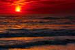 Rote Wellen beim Sonnenuntergang