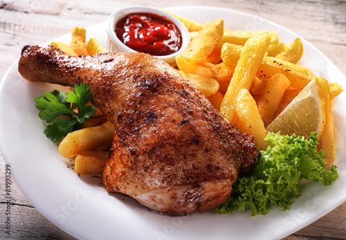 smaczne-frytki-i-danie-z-kurczaka-na-talerzu