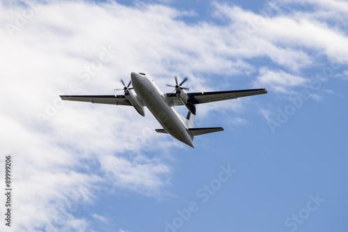 Valokuva  Aereo bimotore turboelica in fase di decollo