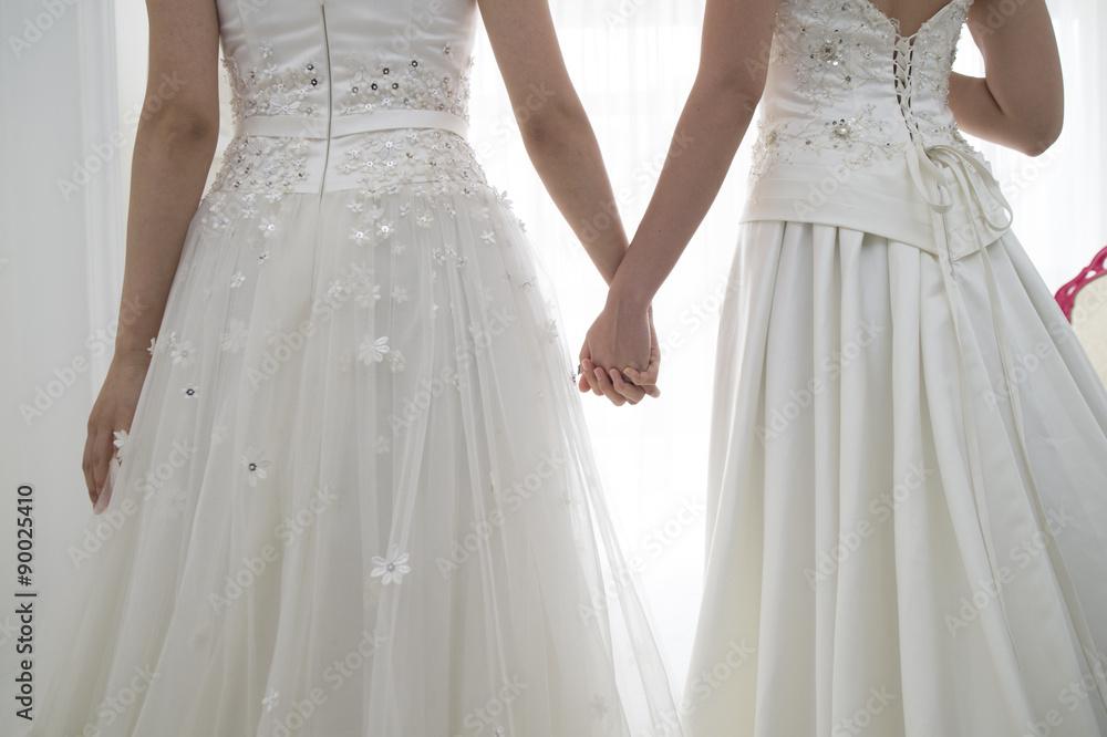 Von hinten von zwei Personen der Braut trägt ein Brautkleid Poster ...