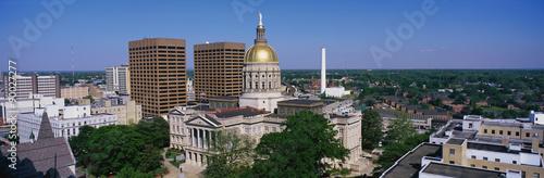 Plakat To jest State Capitol i skyline w świetle dziennym.