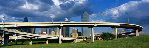 Carta da parati This is a freeway overpass with the Dallas skyline visible behind it